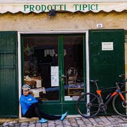• PRODOTTI TIPICI • 🇮🇹 #vestilatuapassione  . . . #cycling #ciclismo #mtb #madeinitaly #lovecylcing #jersey #bibshorts #prodottitipici #fattoinitalia #alexanderbikewear