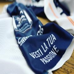 Vestire la vostra passione è la nostra missione, l'artigianalità, la qualità e il Made in Italy è il nostro punto di forza!! Scopri i nostri prodotti! . . #vestilatuapassione #sartoriadelciclismo #abbigliamentociclismo #custom #jersey #bibshorts #fattoinitalia #madeinitaly #🇮🇹