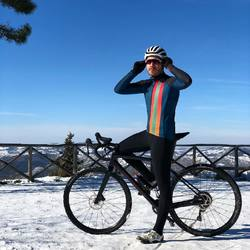 La neve e questi panorami sono l'anima della nostra passione, ciò ci fa amare questo sport e ci aiuta a innovare la nostra filosofia!! #vestilatuapassione #🇮🇹 . . Giubbino invernale TAYSS Calzamaglia WARM TERMIC 4.0 . . #abbigliamentociclismo #custom #cyclingkit #wintercollection #panorama #bike #gravelbike #road #fattoinitalia